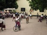 Fahrradfahren auf dem Schulhof