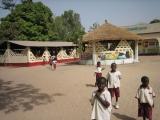 Ein anderer Blick auf den Schulhof. Links: die Essenshalle.