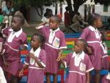Die Schuluniformen der Kinder sind violett.